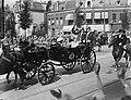 De koninklijke Familie tijdens de rit naar het Olympisch stadion in Amsterdam, v, Bestanddeelnr 900-0048.jpg