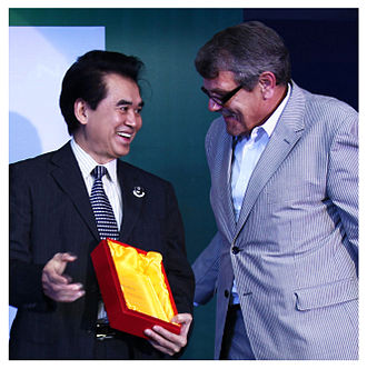 Dahon - David T. Hon, founder and CEO of Dahon, receives an award from Jack Oortwijn, Editor in Chief of Bike Europe