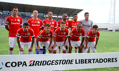89bf1f50e Réver (em pé à esquerda) minutos antes do jogo entre Emelec vs.  Internacional