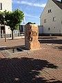 Edith Stein Stele vor der St. Laurentius Kirche in Schiffersadt.jpg