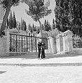 Ein-Karim. Plein bij de kerk van O.L.Vrouwe Visitatie. Op de voorgrond een smee…, Bestanddeelnr 255-2803.jpg