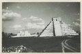 El Castillo , den centrala pyramiden. T. v. krigarens tempel - SMVK - 0307.f.0003.tif