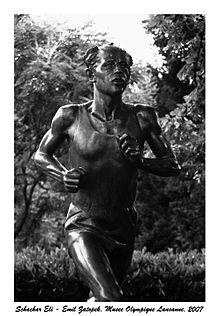 Photographie de la statue d'Emil Zátopek au Musée olympique