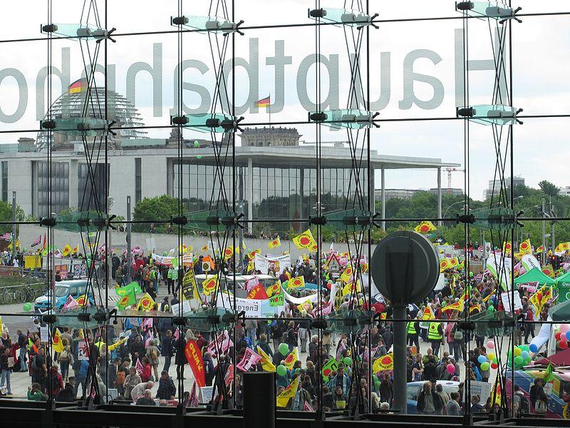 File:Energiewende-Demo am Berliner Hauptbahnhof.jpg