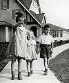 Enfants marchant sur un trottoir à Riverbend, Alma (Québec).jpg