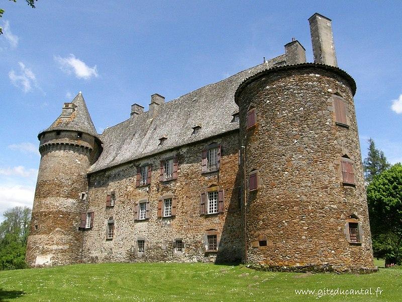 File:Façade arrière du château de Conros.JPG