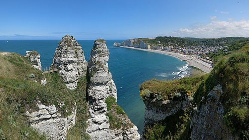 View from the Falaises d'Aval in the near of the Chambre des Demoiselles to Étretat and the Porte d'Amont.
