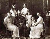Nicola II con sua moglie Alexandra e i loro cinque figli (1913)