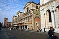Ferrara, botteghe nel portico del Duomo - panoramio.jpg