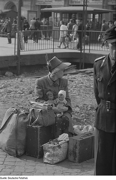 File:Fotothek df roe-neg 0000389 002 Wartende Reisende auf dem Bahnsteig.jpg