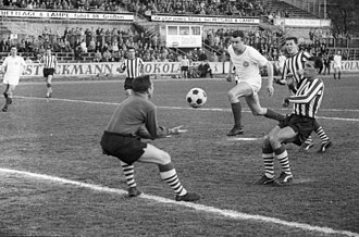 Friendly match at Holstein Kiel, Germany, May 15, 1964 Fussballspiel Holstein Kiel gegen den FC Southampton, 3-1 (Kiel 76.968).jpg
