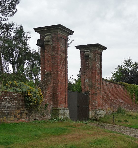 File:Gate piers near Hamstead Marshall (5) (geograph 2285798).jpg