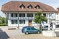 Gemeindehaus Laupen mit Brunnen.jpg
