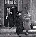Gerda och Eva Ryti på väg från rättegång.jpg