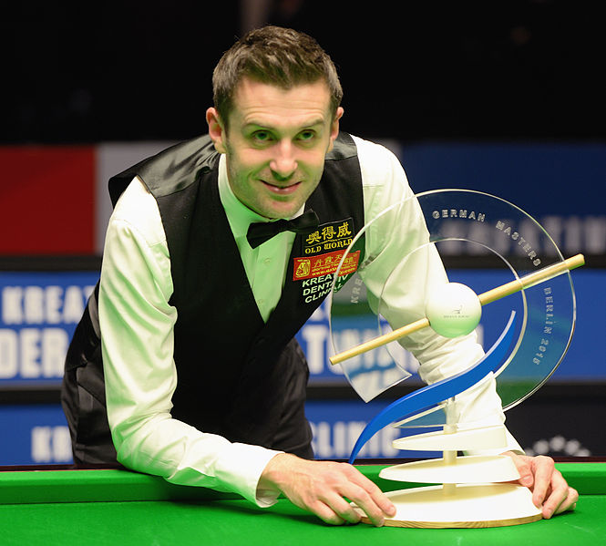 File:German Masters 2015 champion Mark Selby with trophy (Martin Rulsch).jpg