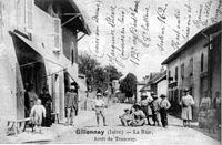 Gillonnay, la rue, arrèt du tramway en 1908, p 92 de L'Isère les 533 communes.jpg