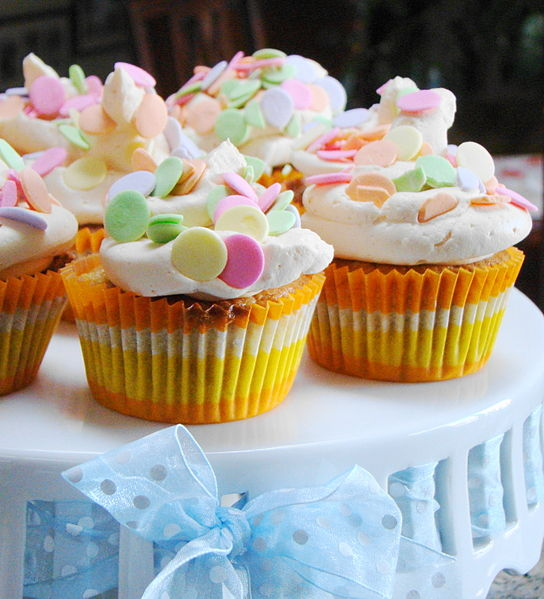File:Ginger Mango cupcakes with Polka Dots with blue ribbon in bow.jpg