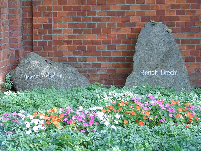 Могила Бертольта Брехта на кладбище Доротеенштадт в Берлине