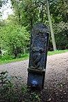 foto van Grenspaal met geschonden beeldhouwwerk