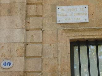 """Hôtel de Suffren - Historical plaque saying """"The Bailli de Suffren lived here."""""""