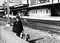 HUA-153302-Afbeelding van een spoorwegpolitiebeambte met een hond bij het N.S.-station Utrecht C.S. te Utrecht.jpg