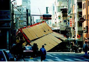 蜡笔小新防灾手册:地震了!只有我一个人怎样办?