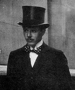 Harold Nicolson - cropped from Vita Sackville-West promenade.jpg