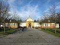 Hauptfriedhof Karlsruhe, Hauptgebäude von Josef Durm mit Verwaltungsgebäuden, die früher als Wohnrä.jpg