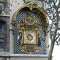 Horloge de Charles V - L'horloge est à moitié masquée par un arbre placé devant.jpg