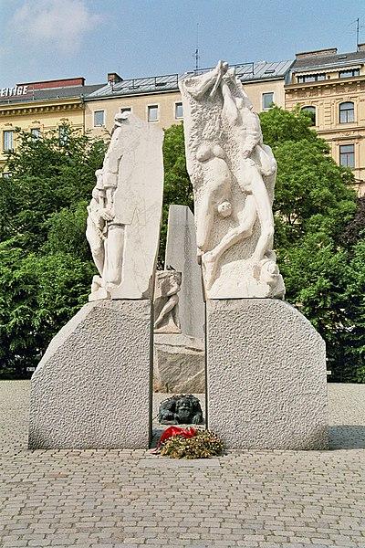 https://upload.wikimedia.org/wikipedia/commons/thumb/f/f9/Hrdlicka_Mahnmal_Wien01.jpg/400px-Hrdlicka_Mahnmal_Wien01.jpg