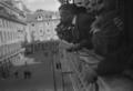 Inocêncio Camacho, à varanda dos Paços do Concelho, lê os nomes dos membros do Governo Provisório, depois de proclamada a República, 1910.png