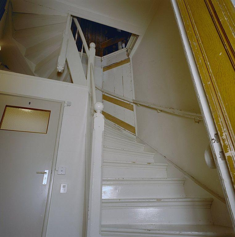 File interieur achterhuis houten trap naar zolder enkhuizen 20336845 wikimedia - Interieur houten trap ...
