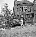 Inwoner van Aalst poserend voor een tank van de Irish Guards bij een zwaarbescha, Bestanddeelnr 255-9199.jpg