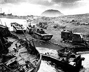Vehículos de combate inutilizados por las granadas, los morteros y la negra arena volcánica.