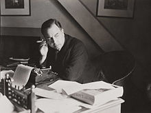 alt=Description de l'image J B Priestley at work in his study, 1940. (7893553148).jpg.