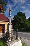 Kříž před kaplí, Ptenský Dvorek, Ptení, okres Prostějov.jpg