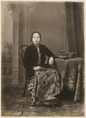 KITLV 10011 - Kassian Céphas - Javanese women in court dress, belonging at the family of Hamengkoe Buwono VII sultan of Yogyakarta - Around 1885.tif
