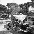 Kamperende mensen en hun auto, Bestanddeelnr 254-0747.jpg