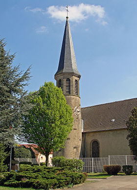 L'église catholique Saint-Jean-Baptiste et son clocher roman.