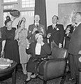 Lachende groep mensen, 4e van links met corsage fabrieksdirecteur Jan van Abbe, Bestanddeelnr 255-8521.jpg