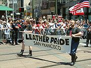 Un grupo leather en una marcha de orgullo gay en San Francisco.