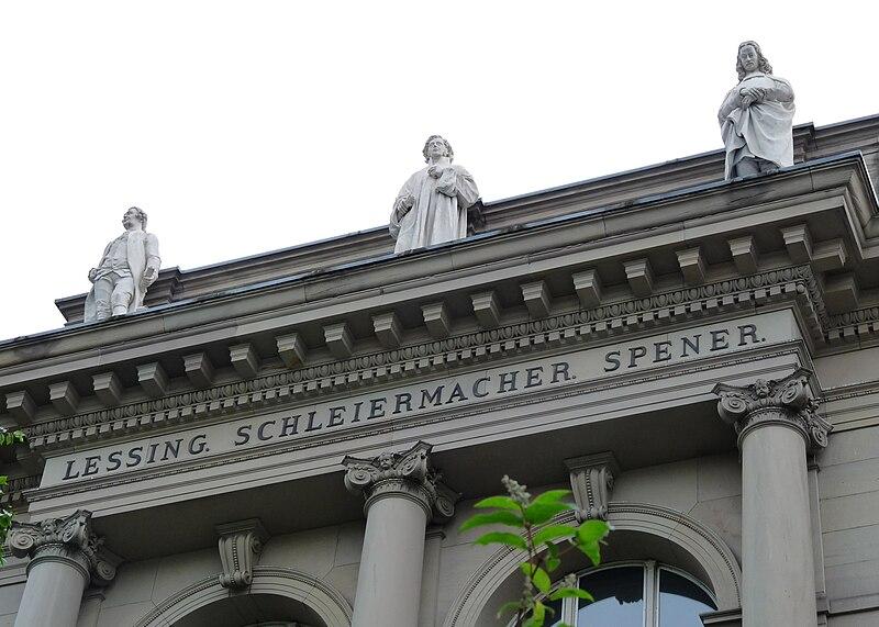Lessing, Schleiermacher und Spener, drei Statuen von deutschen Denkern auf dem Gesims des Palais universitaire de Strasbourg