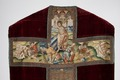 MCC-19207 Rood kazuifel met verrijzenis, geboorte Christus, diverse heiligen en wapens (9).tif