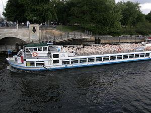 MS Treptow vor Liebknecht-Brücke 2011-06-21 ama fec.JPG