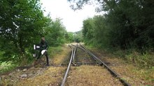 Soubor:Man shifting a railway switch.webm
