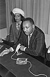 Martin Luther King terwijl hij het woord voert naast hem zijn echtgenote Corett, Bestanddeelnr 918-3370.jpg