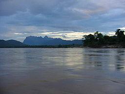 Sungai Mekong sebelum matahari terbenam.