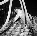 Melkfabriek man vult de melkbussen, Bestanddeelnr 252-9449.jpg