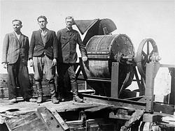 עובדים מהזונדרקומנדו של מבצע 1005, לצד מכונה לגריסת עצמות, במחנה ינובסקה, 1943
