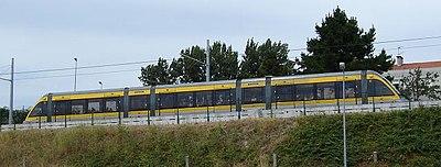 Fotografia do Metro do Porto em movimento.